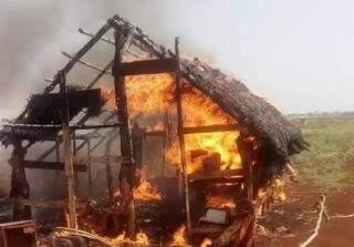 Barraco construído em área de invasão, em chamas, no mês passado (Foto: Arquivo)