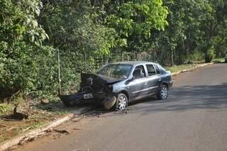 Veículo ficou com a frente destruída após acidente (Foto: Paulo Francis)
