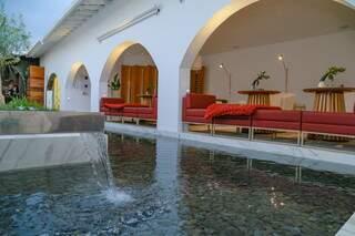 Com cascata, o espelho d'água proporciona conforto térmico, sonoro e visual. (Foto: Kísie Ainoã)