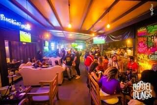 Inspirado nos lounges paulistas, o local é amplo e bem decorado. (Foto: Divulgação)