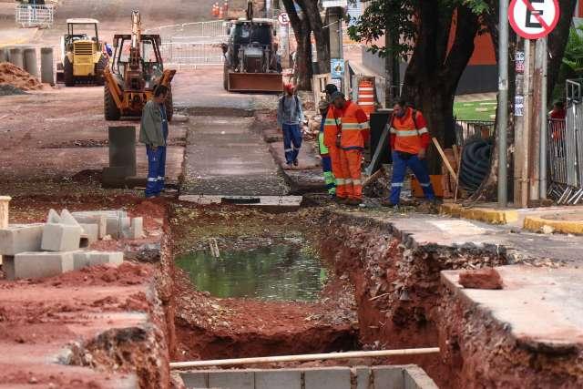 Obras interditam cruzamento da Rui Barbosa com a Fernando Corrêa da Costa