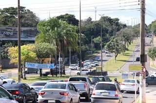 Trânsito no cruzamento das avenidas Mato Grosso e Nelly Martins, a Via Parque. (Foto: Henrique Kawaminami/Arquivo)