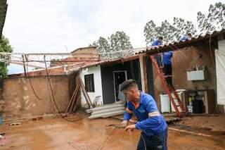 Funcionários da empresa responsável pela antena realizando a manutenção. (Foto: Henrique Kawaminami)