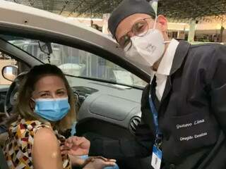 Gustavo vacinando a mãe contra covid-19 em agosto. (Foto: Divulgação)
