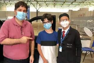 Filho do titular da Sesau foi vacinado por Gustavo. (Foto: Reprodução/Facebook)