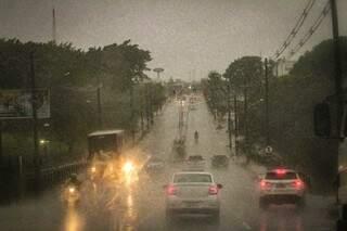 Trânsito na Avenida Ceará, próximo ao viaduto sobre a Avenida Ricardo Brandão, durante a chuva de hoje. (Foto: Marcos Maluf)