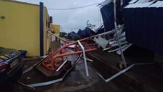 Torre da antena do rádio torcida e derrubada pelo vento, na delegacia da PRF, em Dourados. (Foto: Direto das Ruas)