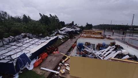 Vento arranca telhado e derruba torre de delegacia da PRF em Dourados