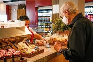 Consumidor em um restaurante de Campo Grande. (Foto: Henrique Kawaminami/Arquivo)