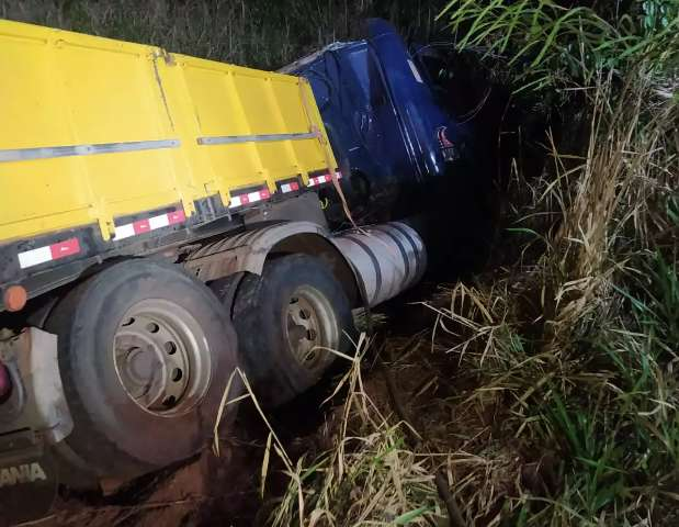 Caminhoneiro morre após invadir pista contrária e bater contra carreta