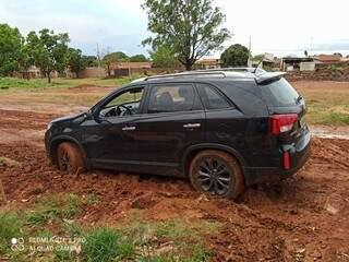 Condutor tentava manobrar veículo quando ficou atolado. (Foto: Direto das Ruas)
