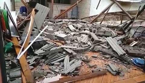 Em dia de ventania, muro cai sobre loja e telhado desaba em Itaquiraí