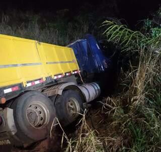 """Veículo foi """"jogado"""" para fora da pista após o impacto. (Foto: Direto das Ruas)"""