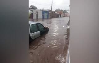 Por pouco, a água da chuva não invadiu o carro. (Foto: Reprodução/Vídeo)