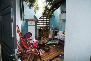 Casa foi destruída parcialmente pela queda das árvores, estragando várias coisas em seu interior. (Foto: Henrique Kawaminami)