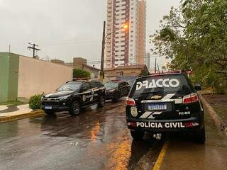 Viaturas da Polícia Civil no condomínio onde empresário foi preso, em Campo Grande. (Foto: Divulgação)
