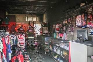 Loja de roupas foi atingida por incêndio no Bairro Tijuca. (Foto: Henrique Kawaminami)