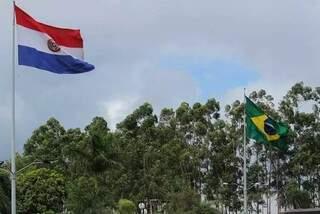 Bandeiras do Paraguai e Brasil hasteadas lado a lado em Ponta Porã, na fronteira dos dois países. (Foto: Marcos Maluf)