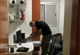 Policial faz buscas durante 2ª fase da Operação Dark Card. (Foto: Divulgação)