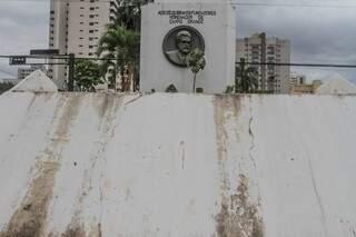 Homenagem ao fundador da cidade, Obelisco tem rachaduras e precisa de pintura. (Foto: Marcos Maluf)