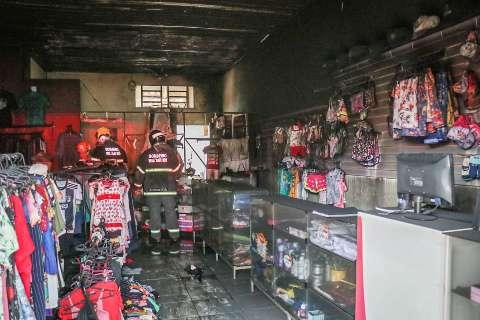 Durante chuva, vizinhos reparam em fumaça e alertam para incêndio em loja