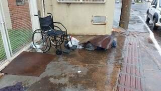 Morador em situação de rua deitado em frente a uma casa em Campo Grande. (Foto: Fernando Mello)