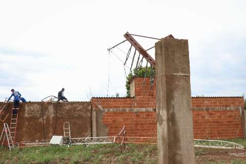 Moradora calcula prejuízos após antena de internet cair e destelhar residência
