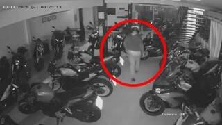 Ladrão com capacete invadiu loja de motos nesta madrugada (14). (Foto: Reprodução)