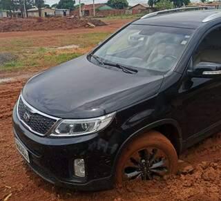 Carro ficou atolado na Avenida Quatro no Bairro Nova Campo Grande. (Foto: Direto das Ruas)