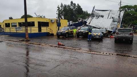 Temporal derrubou torre sobre casa e danificou três viaturas da PRF
