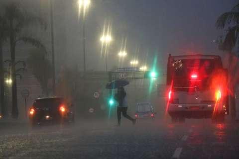 Capital acumula volume de 13 milímetros em 1h e previsão é de mais chuva