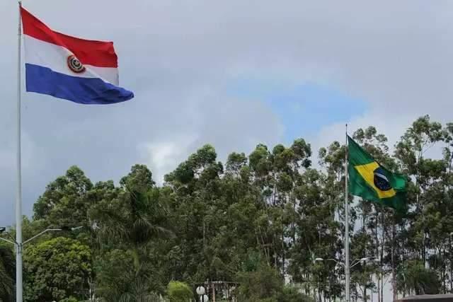 Após execuções, 180 policiais do Brasil e Paraguai buscam armas na fronteira