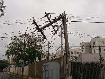 Árvore cai sobre fiação e quebra poste no Bairro Pioneiros