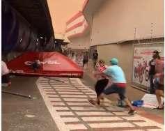 Força do vento arrasta idosa em calçada do Camelódromo
