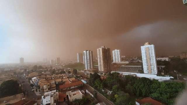 Do alto ou nas ruas, imagens da tempestade de areia impressionam na Capital