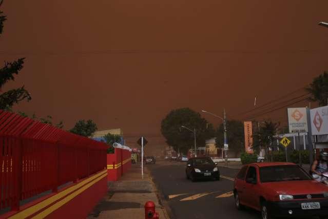 Tempestade de areia encobre a cidade e deixa céu vermelho na Capital