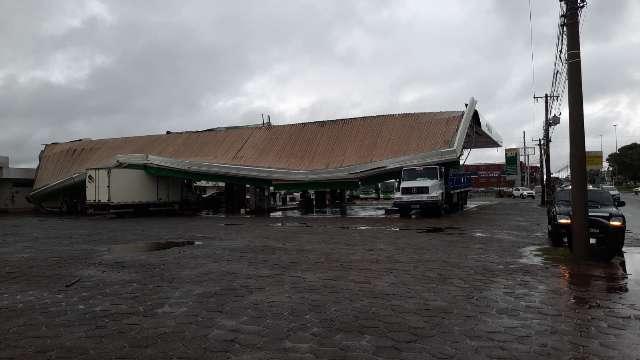 Tempestade destrói 2 postos de combustíveis na Capital