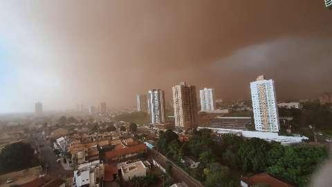 Do alto ou nas ruas, imagens da tempestade de areia impressionam