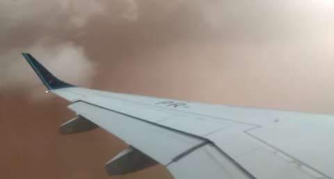 """Passageiros vivem """"pesadelo"""" ao atravessar tempestade de areia em pleno voo"""