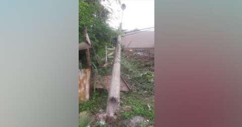 Com medo de choque, moradores abandonam casas após queda de poste e fios