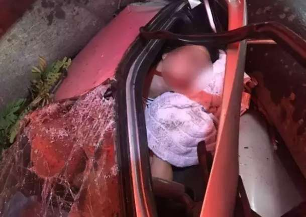 Adolescente espera por cirurgia após árvore destruir carro com ela dentro