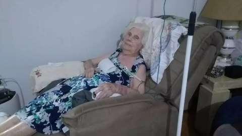Família usa bombas de oxigênio emprestadas para manter idosa viva