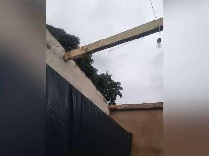 """""""Em 10 minutos destruiu tudo"""", diz moradora sobre casa destelhada"""