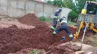 Trabalhador é socorrido após ficar preso por terra em buraco