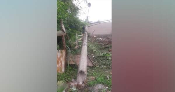 Com medo de choque, moradores abandonam casas após queda de poste e 24h sem luz