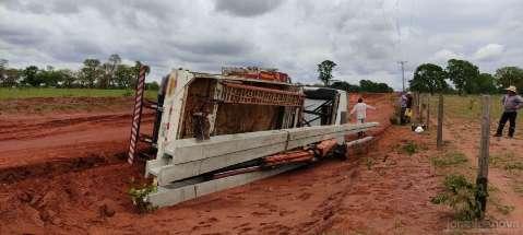 Caminhão com postes de concreto que ajudariam no pós-vendaval tomba na MS-134