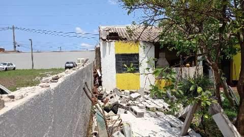 Muro desaba e causa prejuízo a cinegrafista no Morada do Sossego