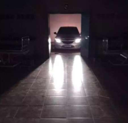 """Na """"arte do improviso"""", farol de carro é usado para iluminar UPA às escuras"""