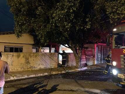 Vela causa incêndio e casa fica parcialmente destruída na Vila Carvalho