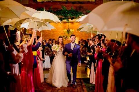 Noiva ficou anos monitorando previsão, mas casou justo na chuva